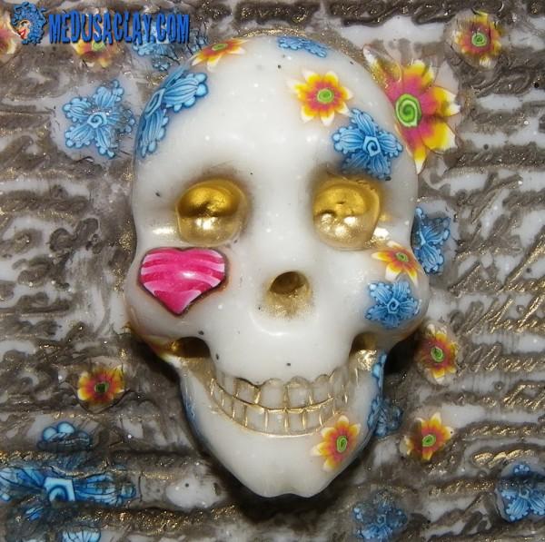 visage d'argile crâne fleuri